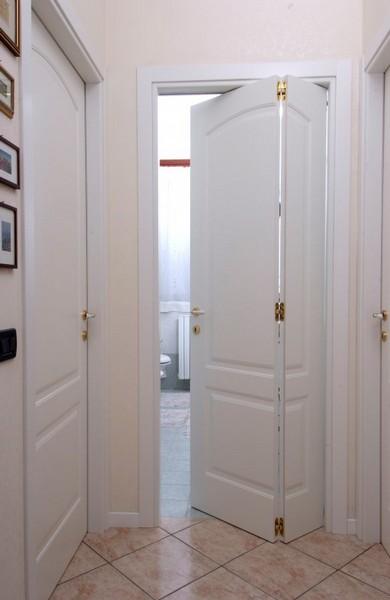 Porte interne longoni serramenti grate di sicurezza porte blindate porte interne infissi - Porta a libro bianca ...